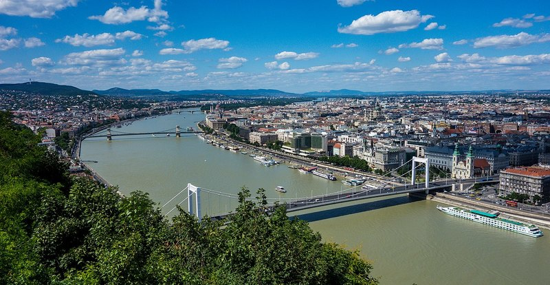 1280px-View_from_Gell%C3%A9rt_Hill_to_the_Danube%2C_Hungary_-_Budapest_%2828493220635%29.jpg