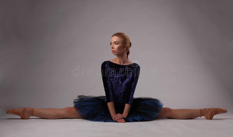 manifestazione-della-ballerina-spaccata-sul-pavimento-dello-studio-92042239.jpg