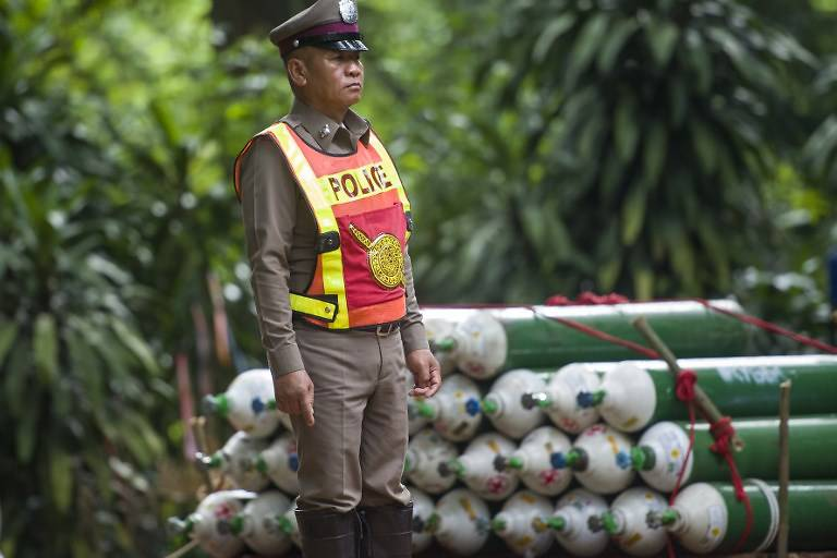 thai-cave-rescue--oxygen-tanks.jpg