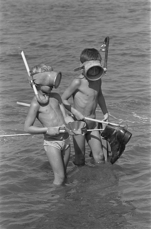 Zwemmen_langs_het_Noordzeestrand_met_snorkel_en_zwemvliezen%2C_Bestanddeelnr_910-6178.jpg